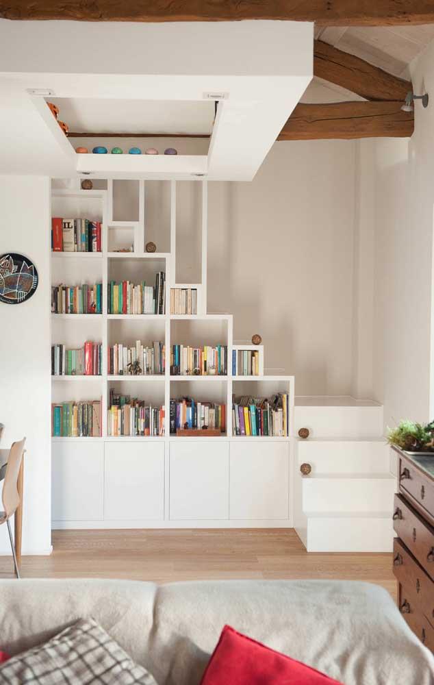 Em casas duplex menores, o ideal é aproveitar cada espacinho, assim como nessa foto, em que a escada abriga nichos e armários