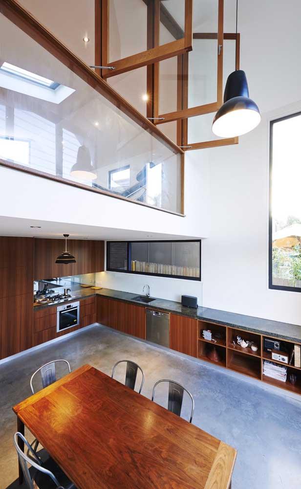 Madeira e cimento queimado no projeto dessa casa duplex