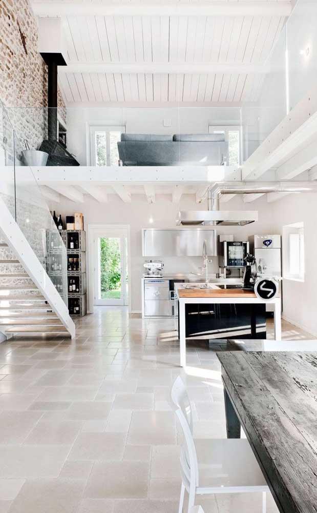 Na parte superior dessa casa duplex tem espaço até para uma lareira