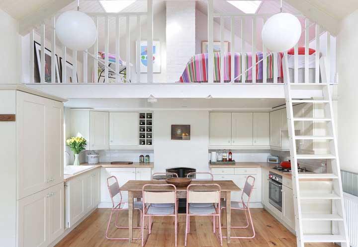 Parece ou não parece uma casinha de bonecas? Muito charmosa essa pequena casa duplex de madeira branca