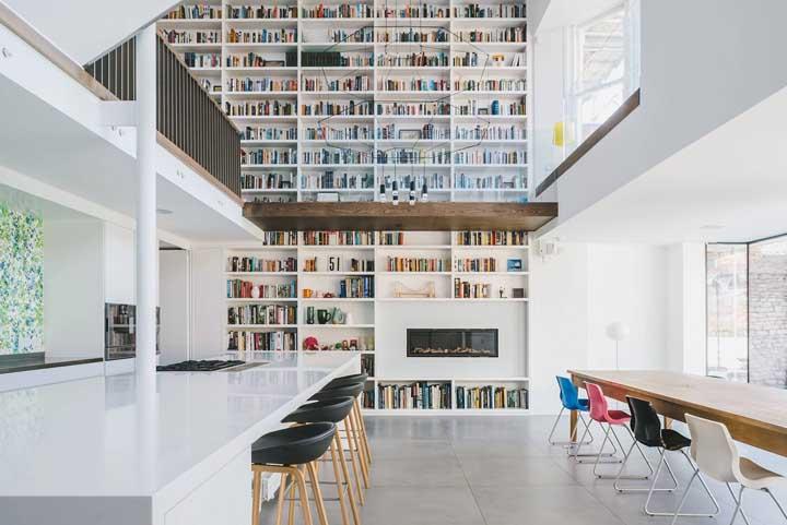 Uau! Por aqui, a inspiração é de uma casa duplex pensada para os amantes de literatura