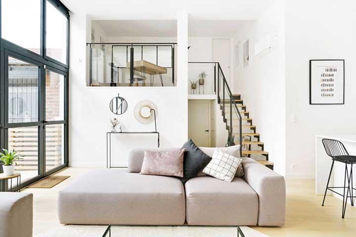 Cores neutras e suaves se destacam nesse projeto de decoração da casa duplex