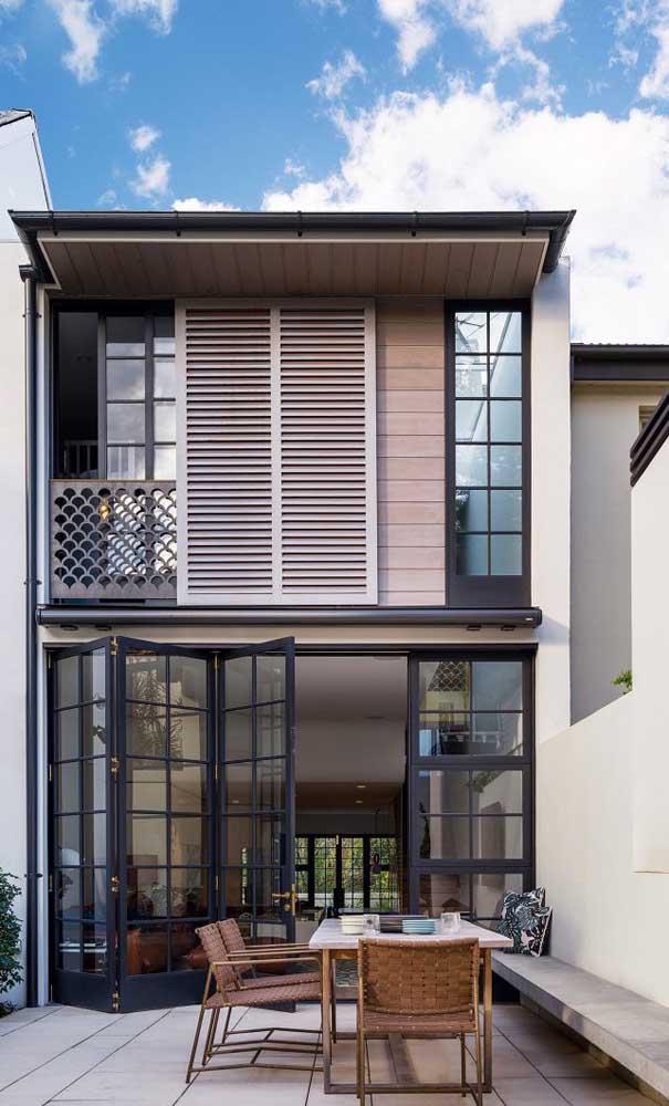 Casa duplex pequena com ambientes sociais integrados no primeiro pavimento e acesso direto a área externa