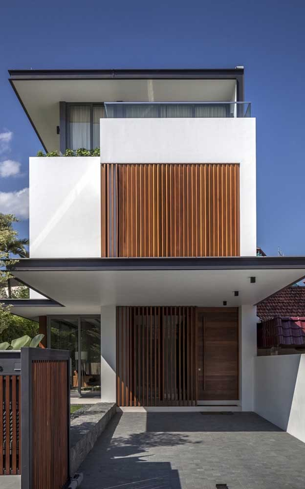 Casa duplex com garagem; repare que a entrada da casa ainda conta com um pequeno jardim lateral
