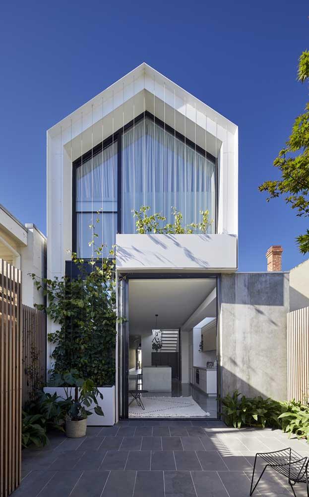 Casa duplex simples dividida entre ambientes sociais e privativos