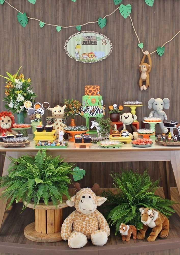 A mesa principal da festa tema safári precisa ser caprichada com muitos bichinhos e elementos decorativos.