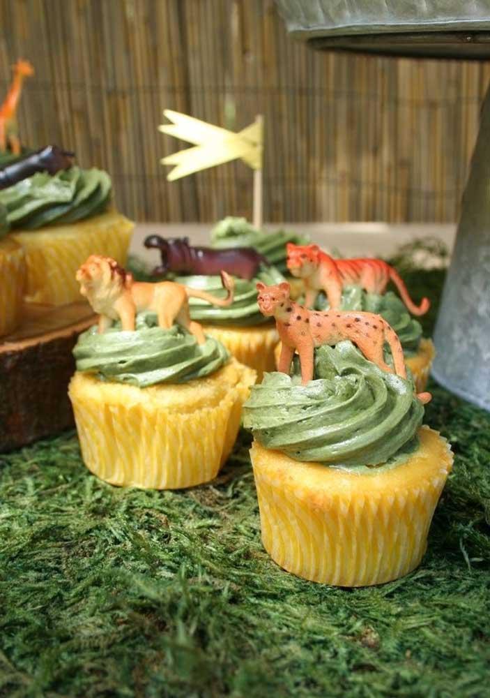 No topo do cupcake safári coloque os bichinhos para seguir o tema.