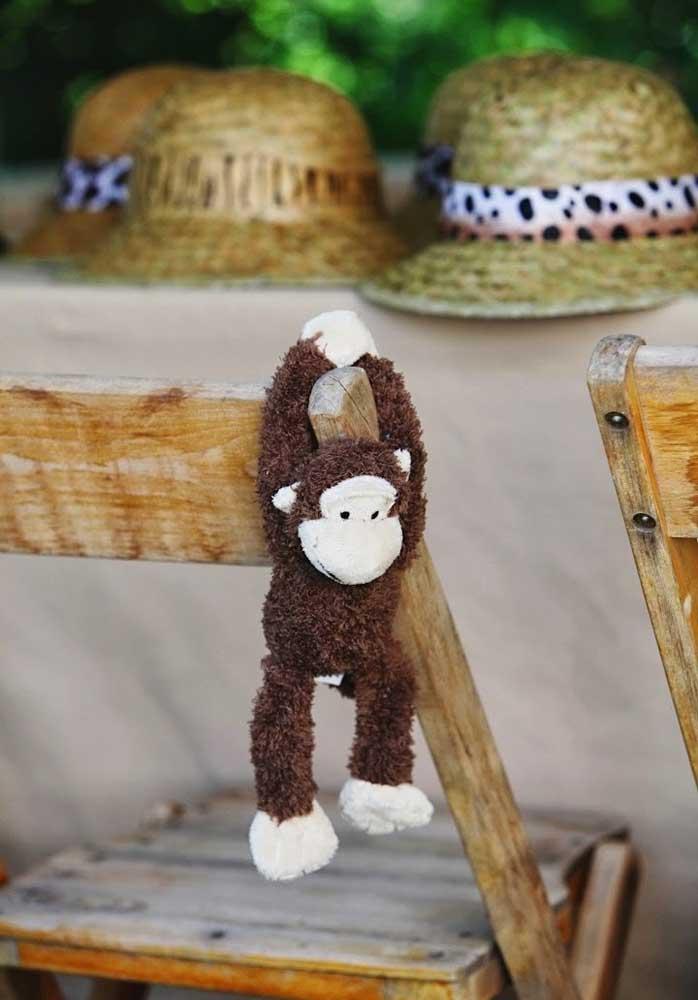 Olha que ideia genial para fazer na decoração da festa infantil safári. Pendurar macaquinhos nas cadeiras.