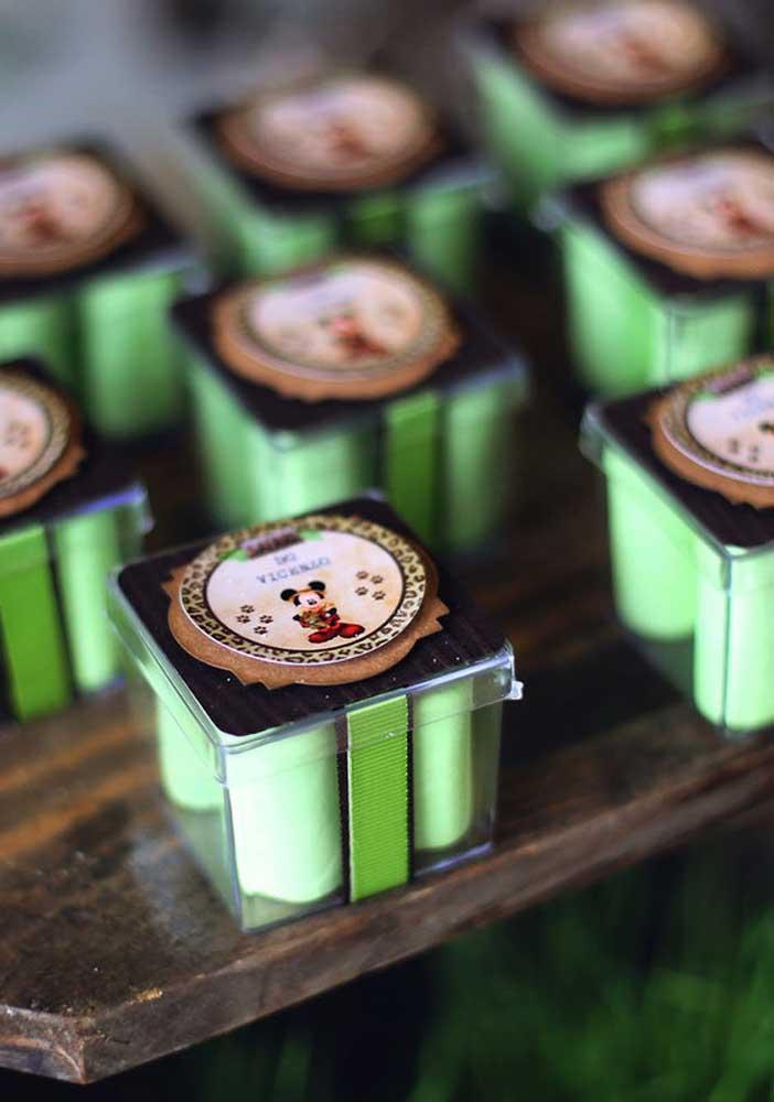 Para fazer uma festa infantil safári personalize todas as embalagens das guloseimas.