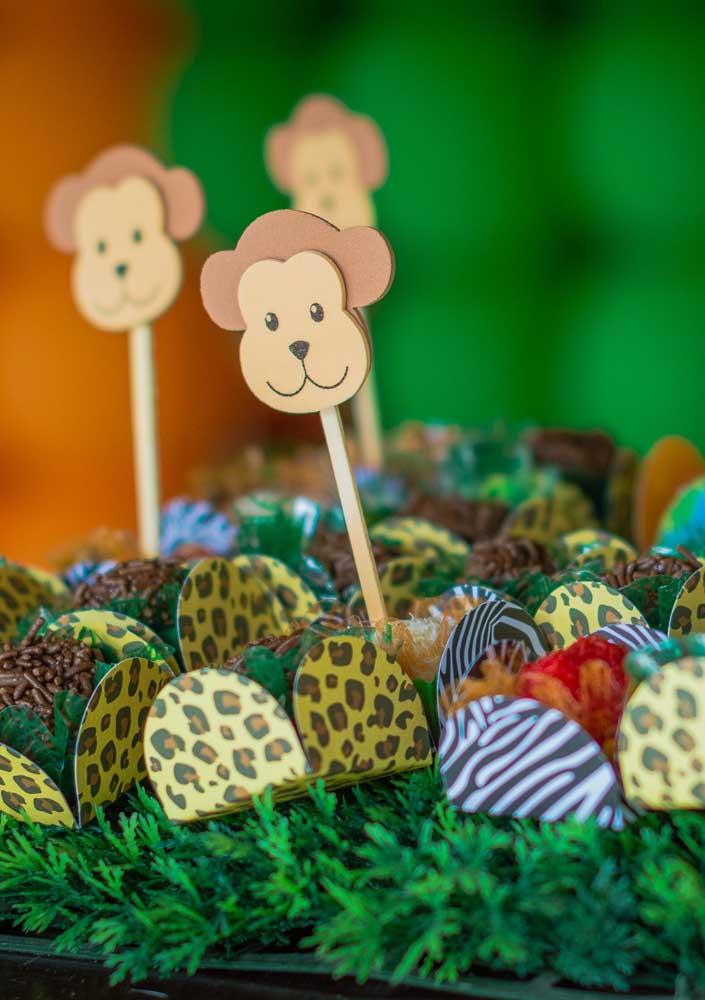 Prepare algumas plaquinhas com as carinhas dos bichinhos para colocar nos doces.