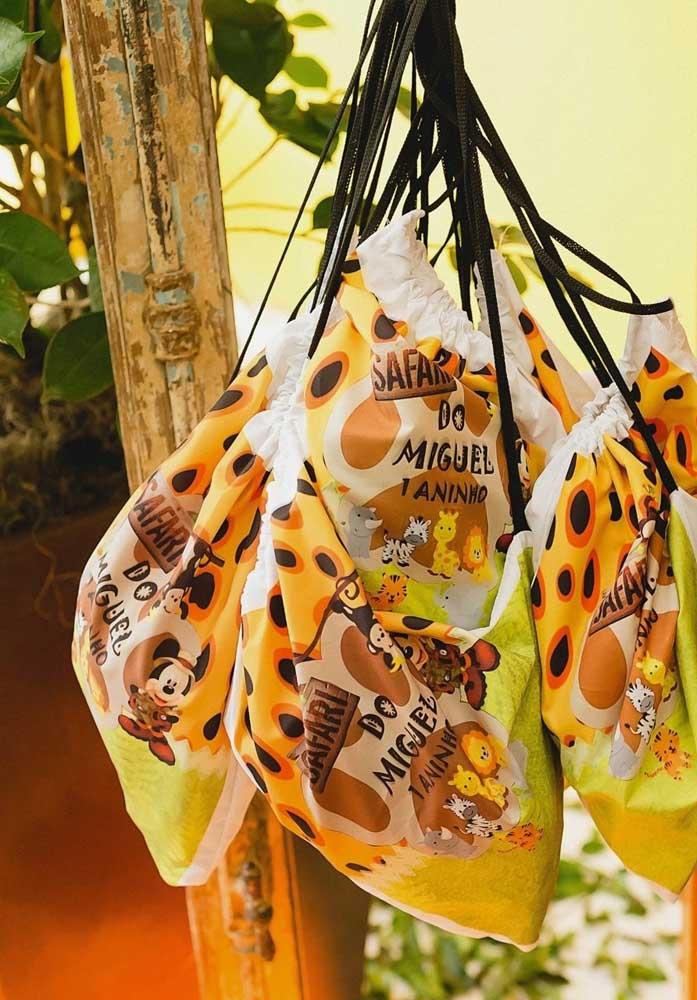 Já pensou na lembrancinha festa safari? Que tal preparar algumas sacolinhas inspiradas no tema festa mickey safari?