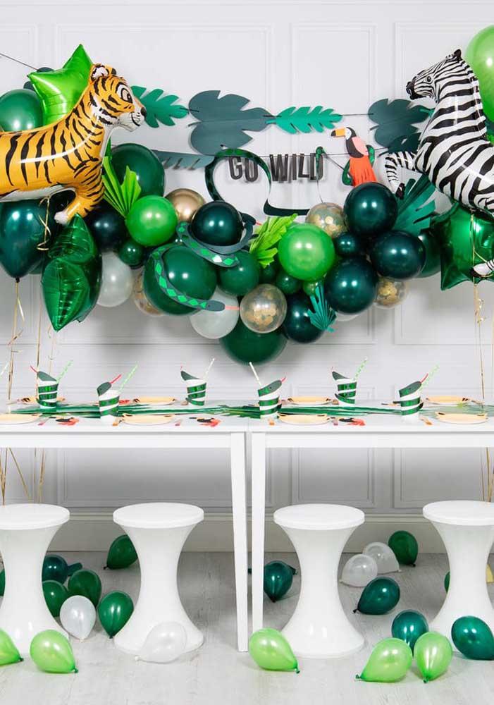 Aposte nos tons de verde para fazer a decoração festa safári 1 ano.