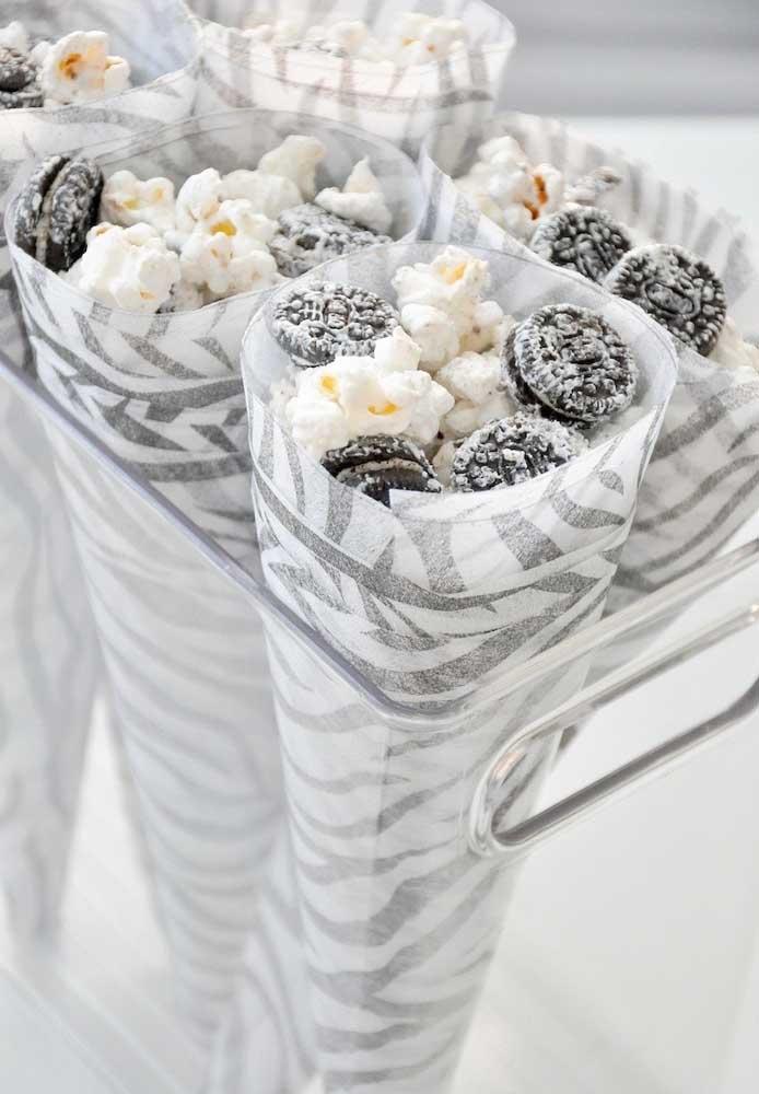 Use embalagens com estampa listra de zebra para servir as guloseimas da festa safári.