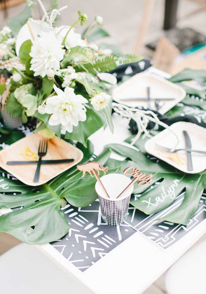 Em cima da mesa de palete coloque arranjos com plantas e flores.