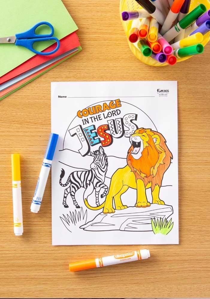 Deixe as crianças usarem a criatividade. Para isso, distribua desenhos para elas pintarem.