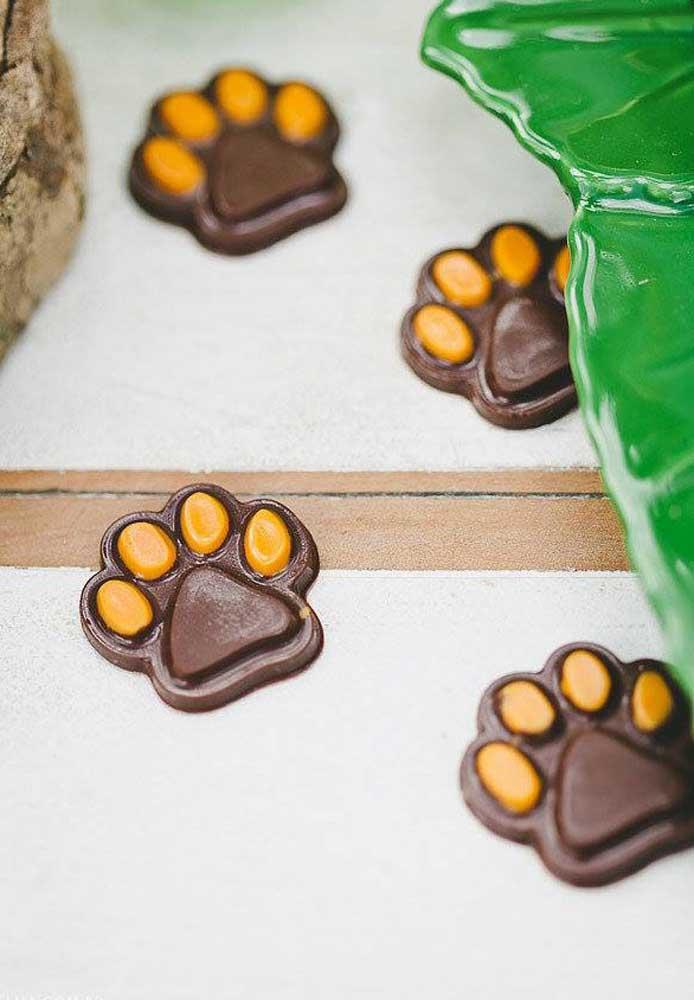 Que tal colocar pegadas de bichinhos feitas de chocolate por cima da mesa?