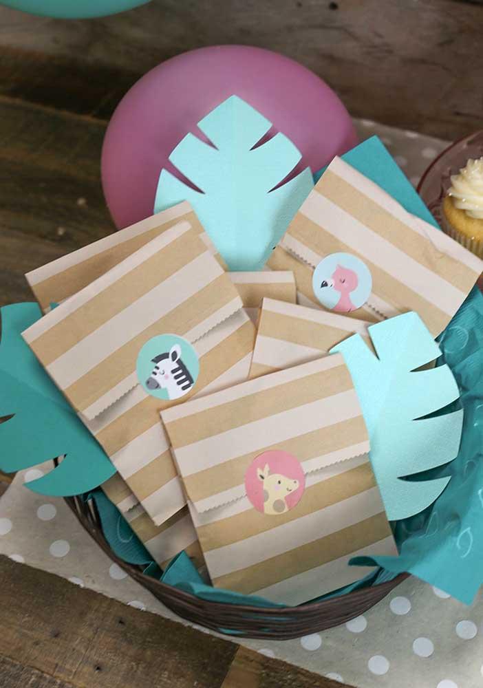 Você pode preparar lembrancinhas simples feitas com saquinhos de papel que toda criança gosta.