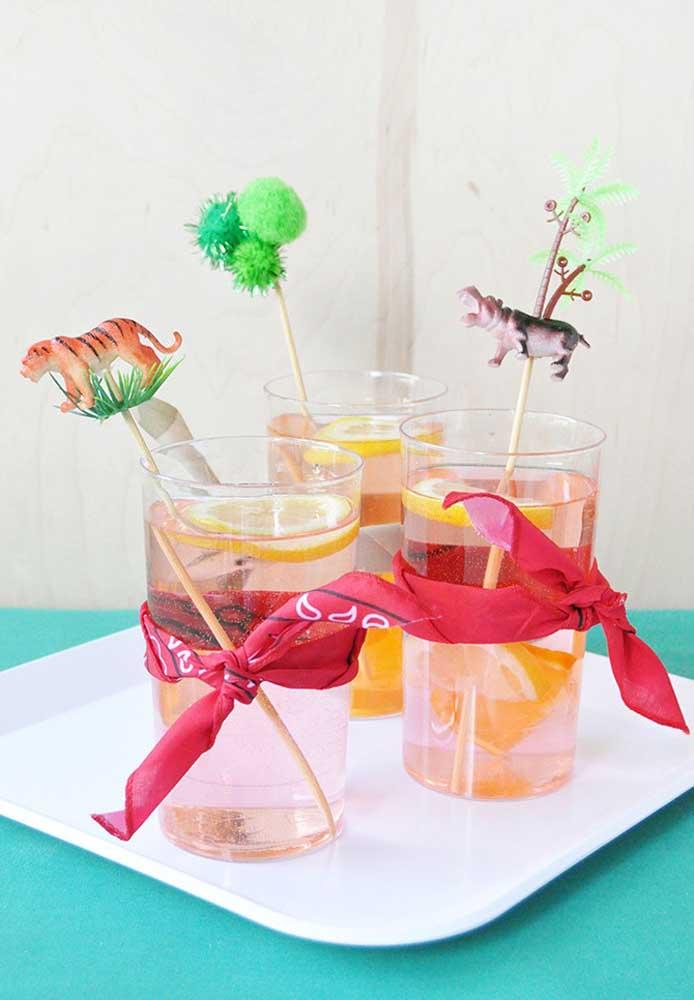 Olha que jeito simples e sofisticado de decorar o copo de bebida.