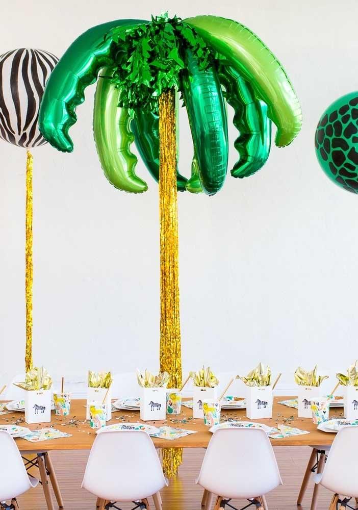 Que tal imitar um coqueiro bem no centro da festa? Use balões metálicos para imitar as folhas do coqueiro.
