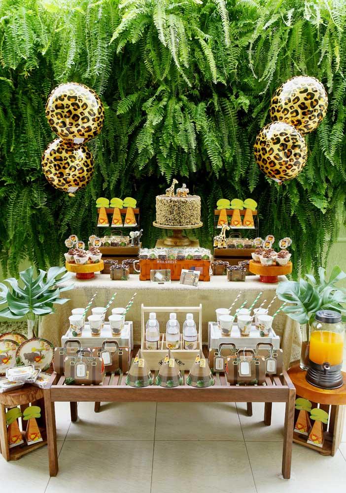 Veja que ideia de bolo safári linda para uma festa com estilo mais sofisticado.