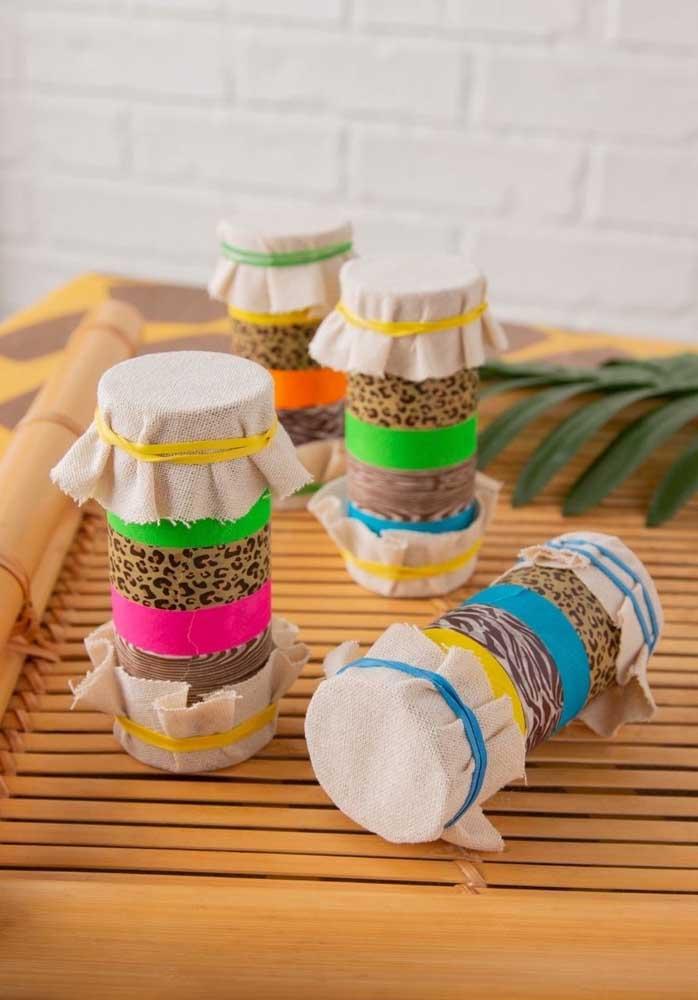 Para uma festa safári simples, basta usar a criatividade para fazer itens personalizados.