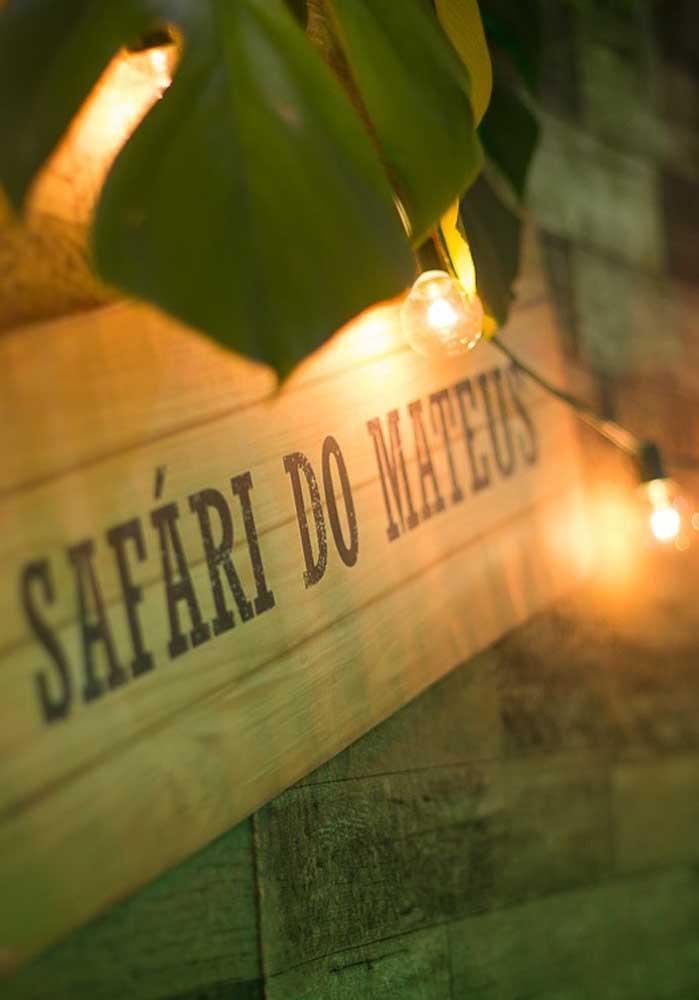 Na hora de preparar a decoração da festa use o nome safári e acrescente o nome do aniverário.