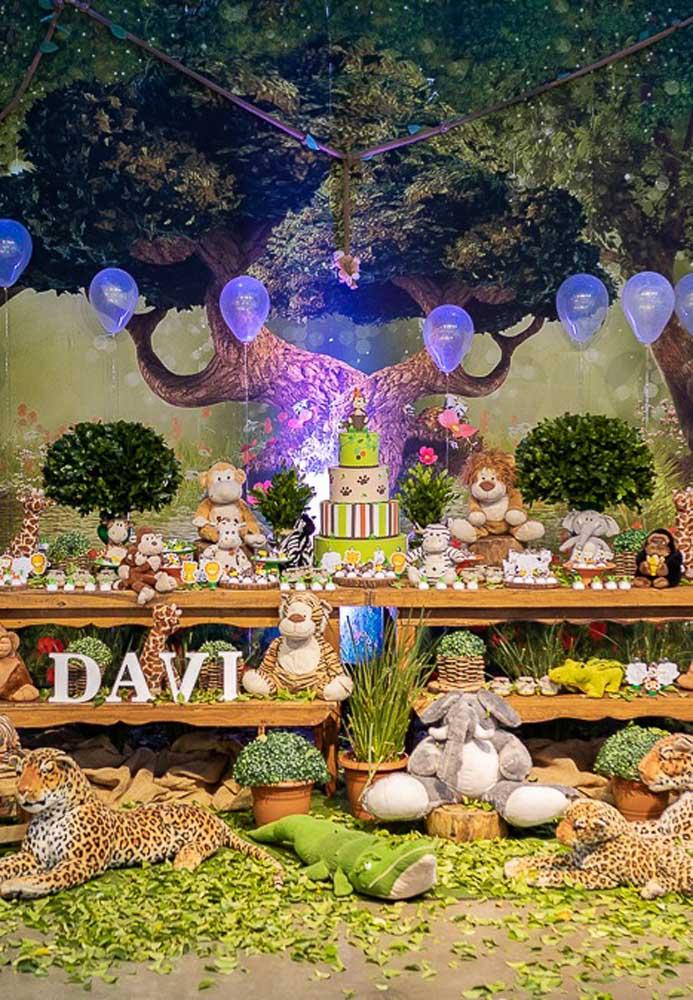 Dá para fazer uma festa safári luxo reunindo diversos elementos decorativos e apostando em um painel lindo com esse.