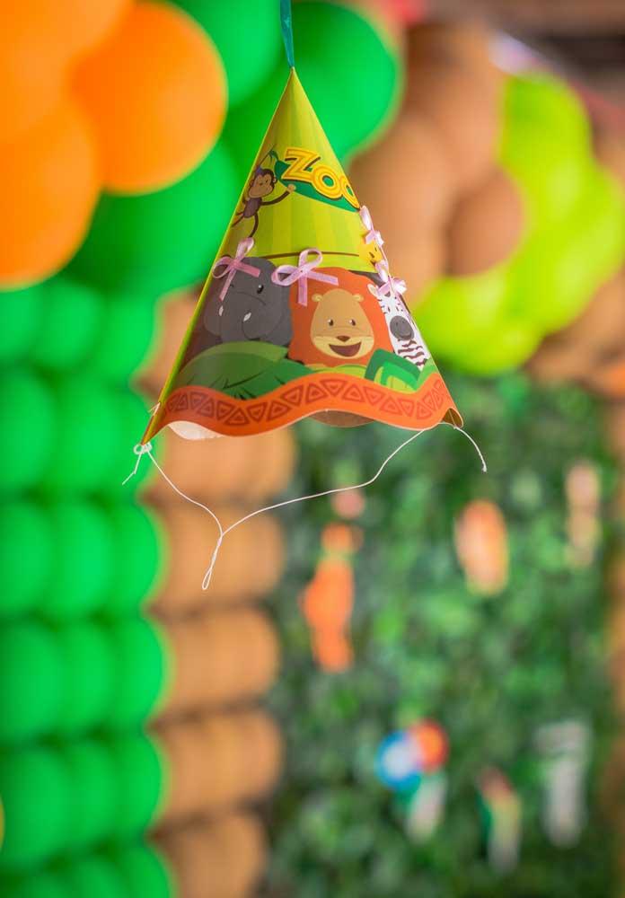 Os chapeuzinhos da festa safári podem fazer parte da decoração da festa. Pendure vários deles.