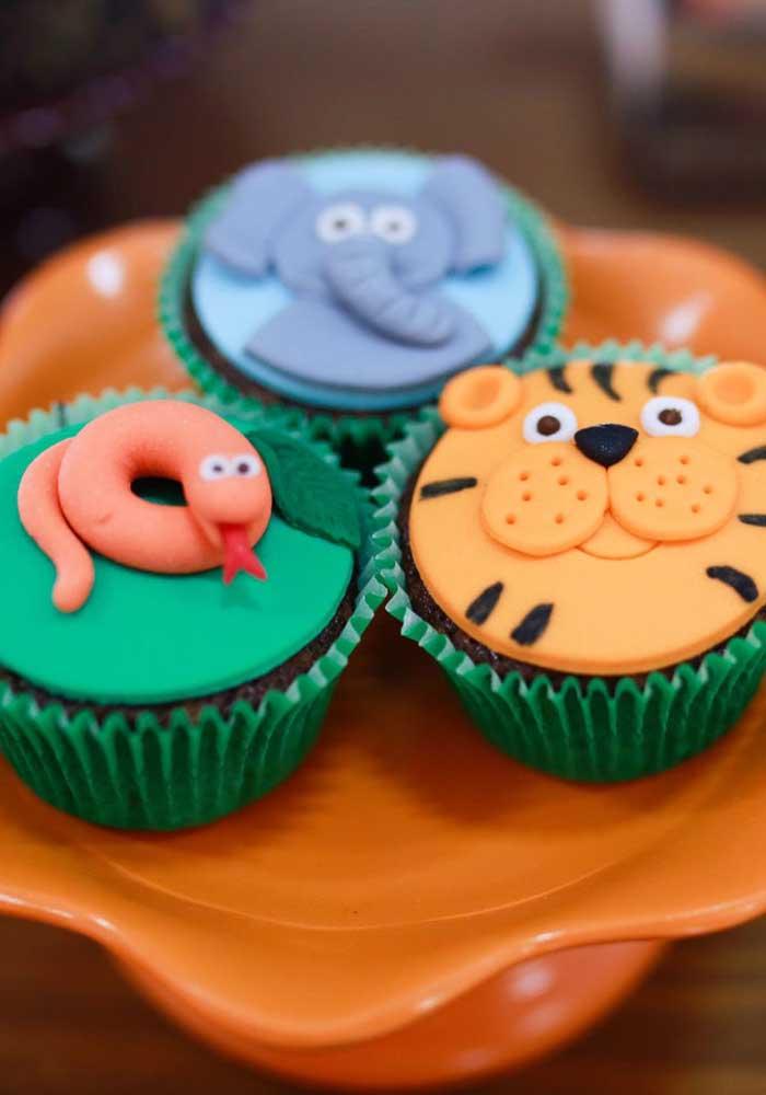 No topo do cupcake você pode usar pasta americana para fazer os bichinhos.
