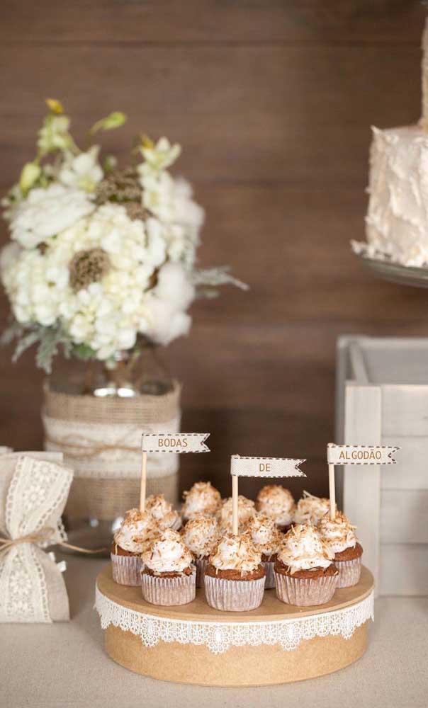 Doces decorados para a mesa de Bodas de Algodão do casal