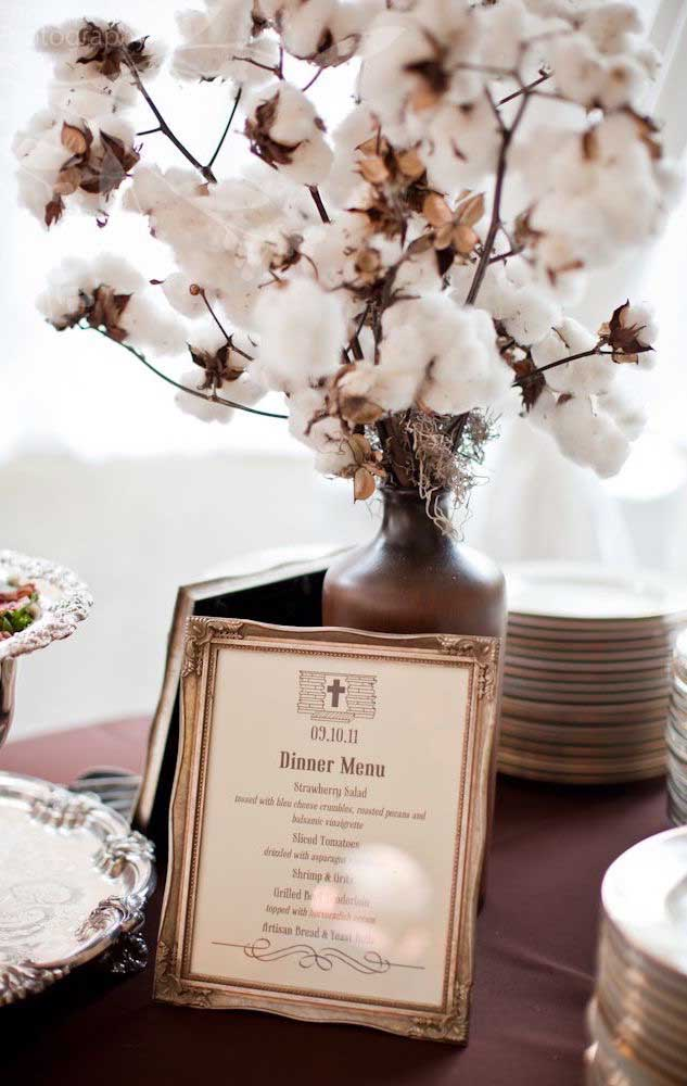 A decoração de uma mesa de Bodas de Algodão vista ainda mais de perto, com destaque para a delicadeza do menu