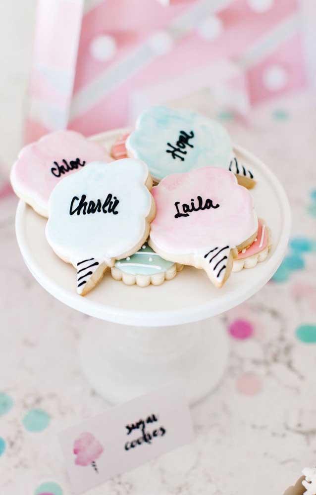 Os biscoitos personalizados em formato de algodão ficaram perfeitos para a comemoração das Bodas