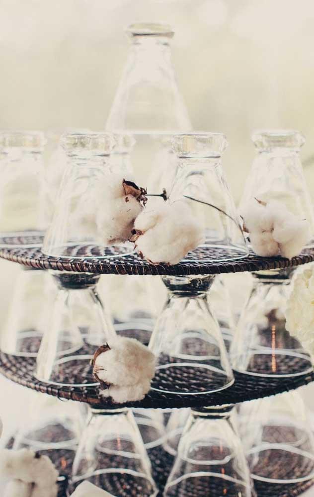Os algodões integram essa decoração de pilha de copos