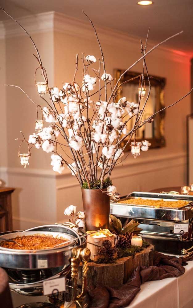 Já aqui, na mesa do buffet , os galhos de algodão fazem lembrar o motivo da comemoração