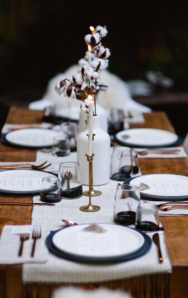 Opção elegante e sofisticada de decoração para a mesa de jantar das Bodas de Algodão do casal