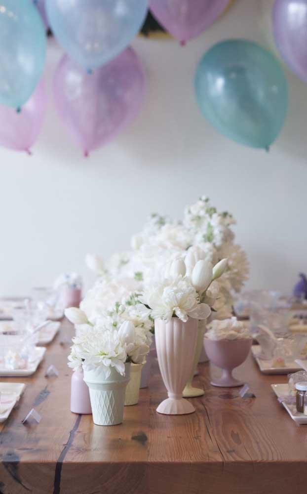 Mesa de jantar decorada para Bodas de Algodão, com cores suaves e flores delicadas