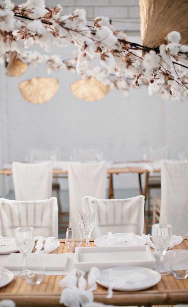 Decoração delicada e temática para o jantar de Bodas de Algodão do casal