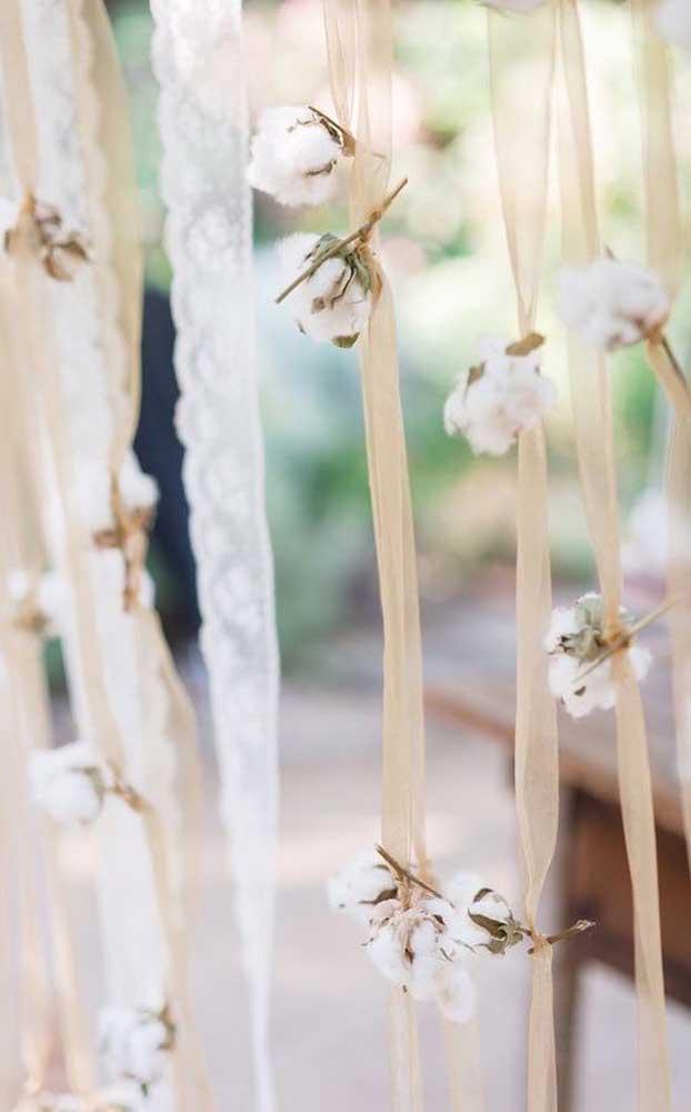 Decoração delicada para as Bodas de Algodão feita com fitas e pedaços de algodoeiros