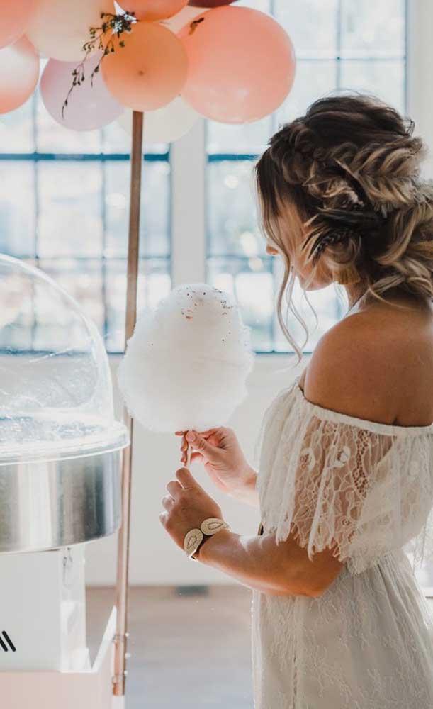 Uma boa opção para divertir os convidados na festa de Bodas de Algodão é contratar uma barraquinha de algodão doce