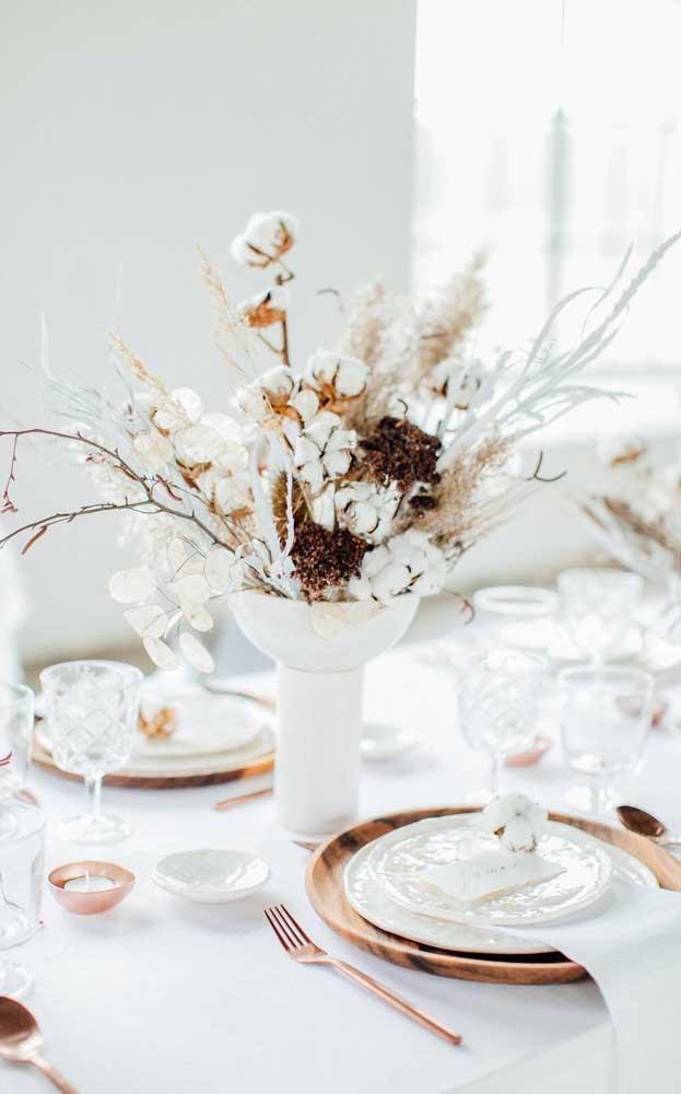 Aqui, nesse almoço em família, a decoração ficou por conta do vaso com galhos de algodoeiro