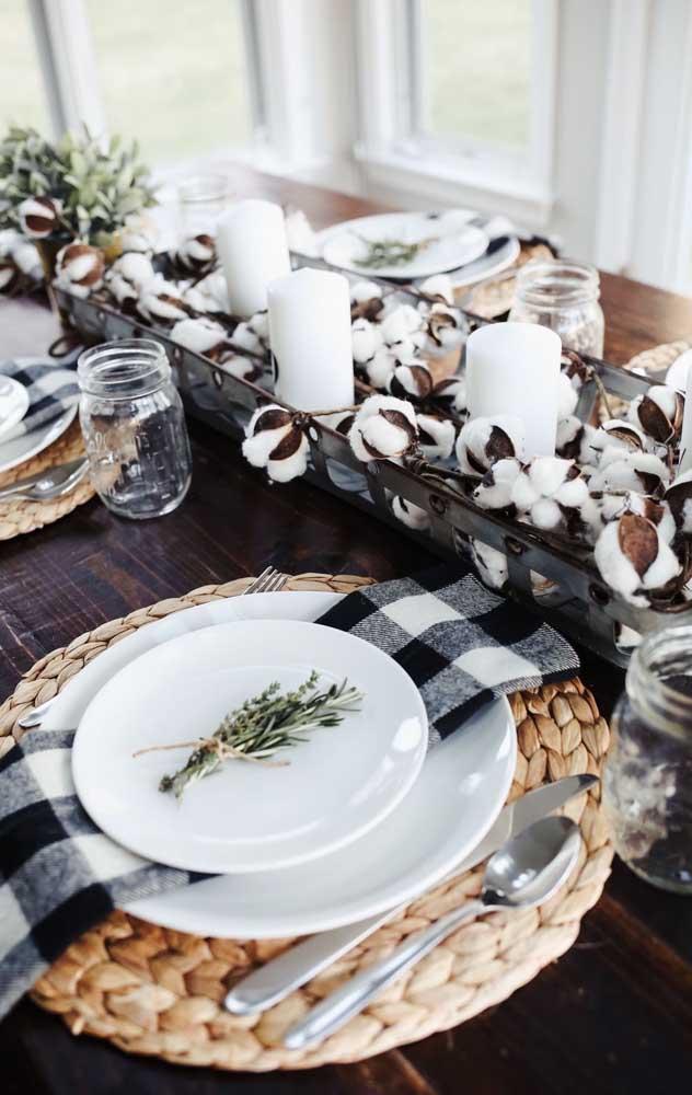 Mesa rústica organizada para o jantar de Bodas de Algodão