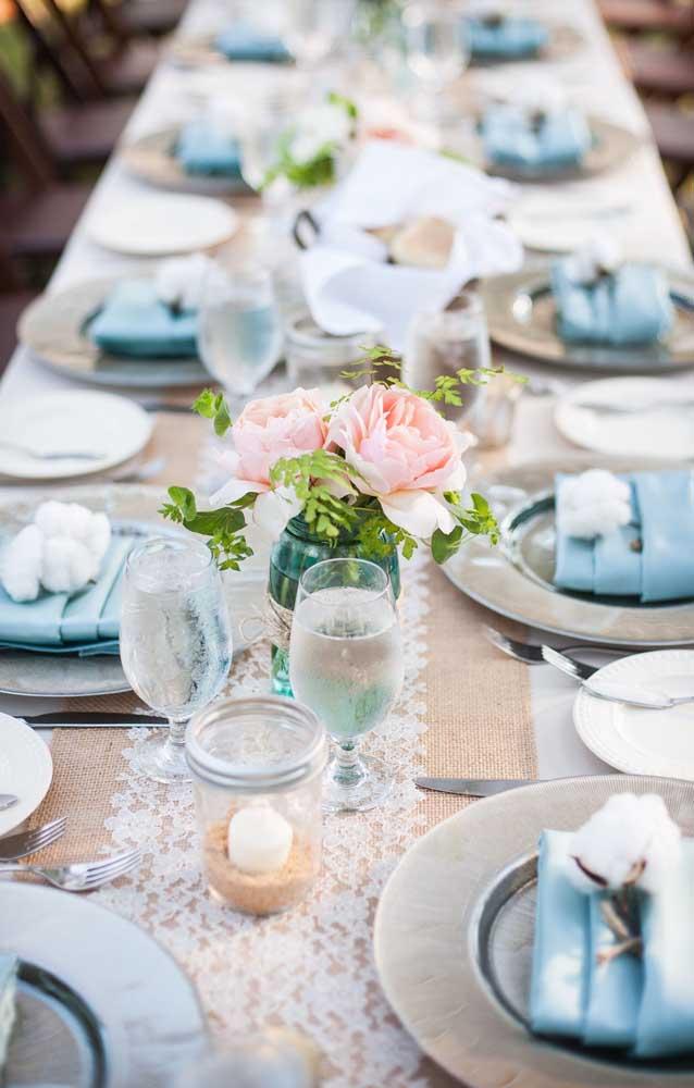 Mesa posta para um almoço em comemoração às Bodas de Algodão; na decoração, tons suaves de azul e rosa