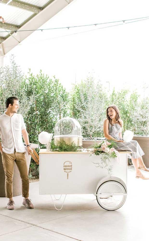 O carrinho de algodão doce é uma surpresa para os convidados, além de render fotos ótimas