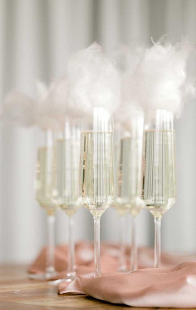 Uma inspiração diferente na hora de servir o champagne para os convidados e que tem tudo a ver com a comemoração de Bodas de Algodão