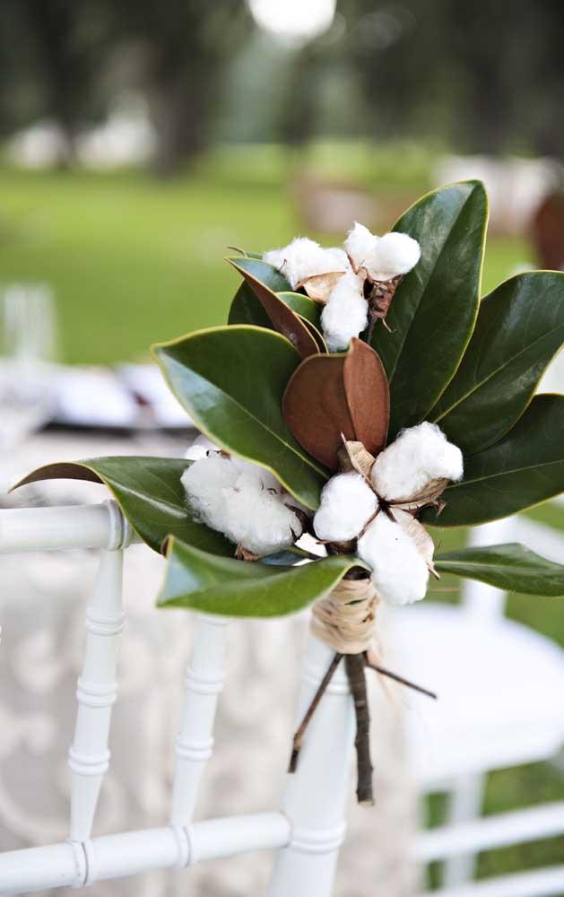 Para os casais que desejam renovar os votos nas Bodas de Algodão, podem decorar as cadeiras da cerimonia com pequenos buques de algodeiro