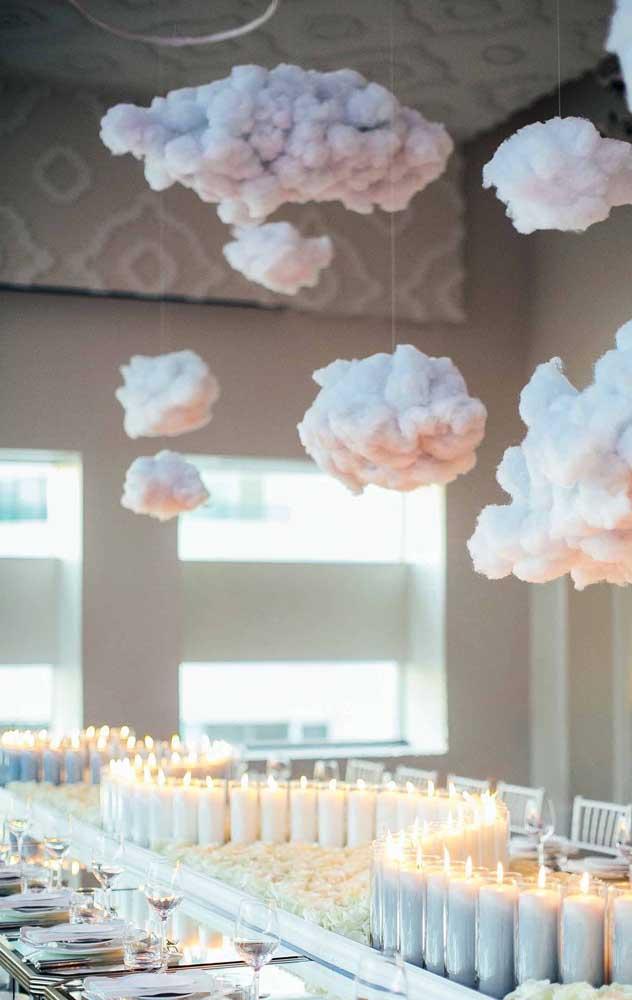 Que linda essa decoração de Bodas de Algodão com velas para a mesa de jantar e nuvens suspensas