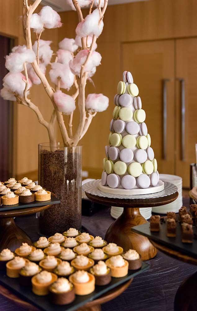Uma mesa de doces elegante decora essa festa de Bodas de Algodão
