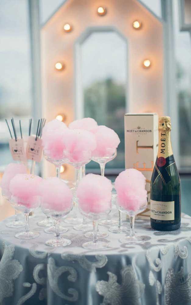Mais uma inspiração divertida de como servir o champagne nas Bodas de Algodão do casal
