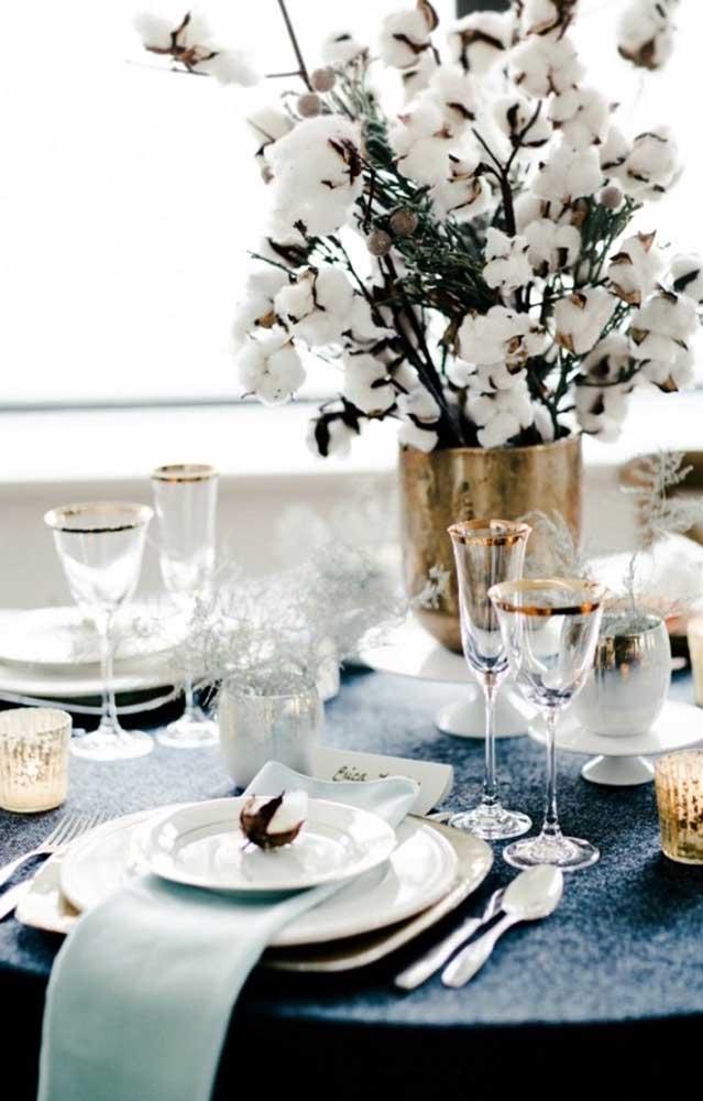 Delicadeza e elegância na decoração dessa mesa de jantar das Bodas de Algodão