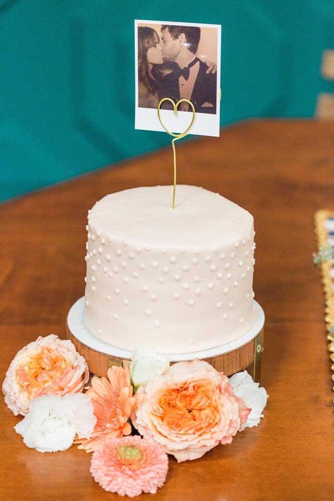 Modelo de bolo simples com foto do casal para as Bodas de Algodão